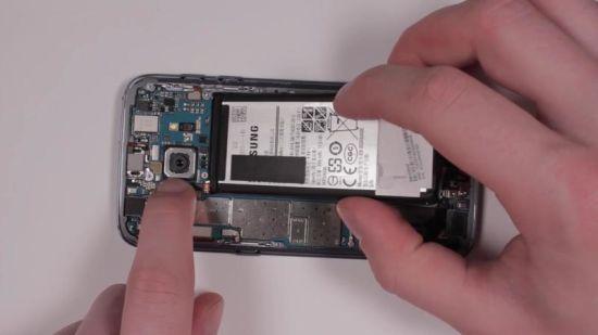 Samsung Galaxy S7 Display Reparaturanleitung Schritt 14: S7 Akku einsetzen