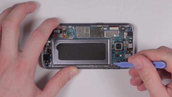 Samsung Galaxy S7 Display Reparaturanleitung Schritt 5: Trennen der Flex- und Antennenkabel