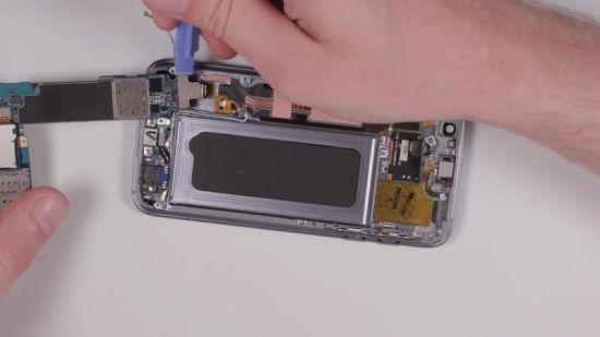 Samsung Galaxy S7 Display Reparaturanleitung Schritt 6: Herausnehmen des Motherboards