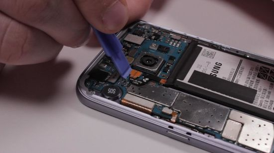 Samsung Galaxy S7 Hauptkamera Reparaturanleitung Schritt 4: Trennen der Flex- und Antennenkabel