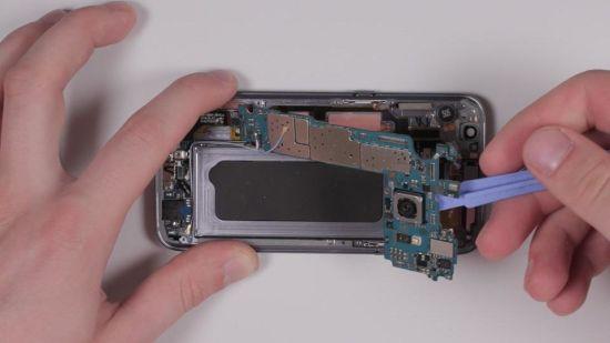 Samsung Galaxy S7 Hauptkamera Reparaturanleitung Schritt 7: Wiedereinsetzen des Motherboards