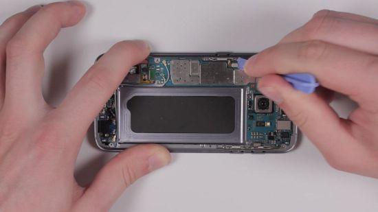 Samsung Galaxy S7 Hauptkamera Reparaturanleitung Schritt 8: Flexkabel und Antennen verbinden