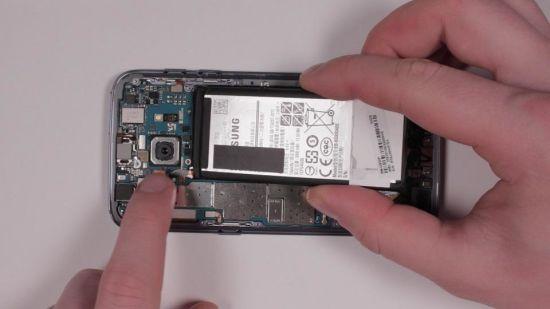 Samsung Galaxy S7 Kopfhörerbuchse Reparaturanleitung Schritt 11: Den S7 Akku einsetzen