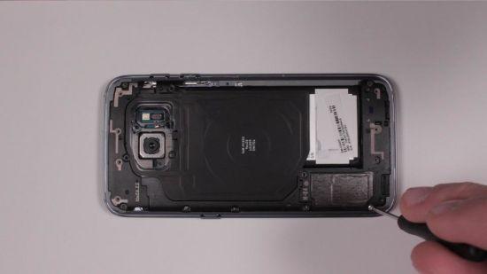 Samsung Galaxy S7 Kopfhörerbuchse Reparaturanleitung Schritt 12: Antennen-Abdeckplatten einsetzen