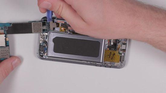 Samsung Galaxy S7 Kopfhörerbuchse Reparaturanleitung Schritt 6: Herausnehmen des Motherboards