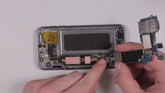 Samsung Galaxy S7 Kopfhörerbuchse Reparaturanleitung Schritt 9: Wiedereinsetzen des Motherboards