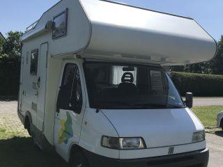 Compacte alkoof camper voor 4 personen