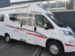 Compact Frans bed (9) – Compact, luxurious and young double camper with a French bed