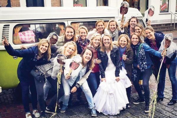 Volkswagen Campervan als strahlender Mittelpunkt eines Junggesellinnenabschieds (Gastblog)