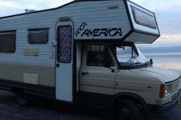 Jacopo, Elena & Bagi: vita in camper a 19 anni
