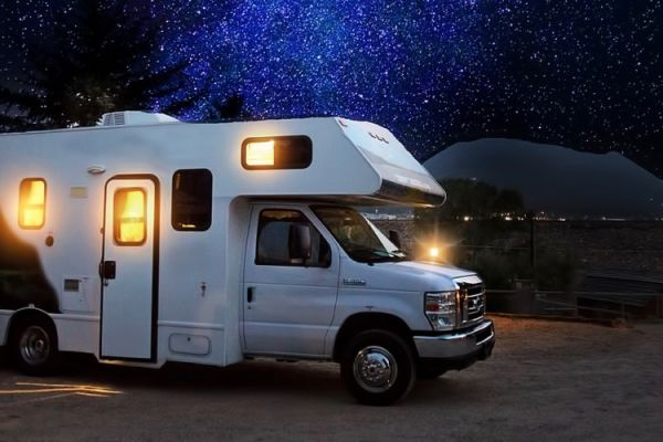 Tutti in camper sotto le stelle cadenti a San Lorenzo: 5 cieli memorabili