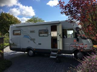C-Rijbewijs. Comfortabele 6 persoons integraal camper