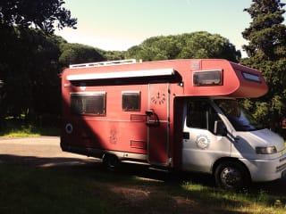 Ericeira  – Colpisci la strada con questo bellissimo camper rosso (Situato in Portogallo)