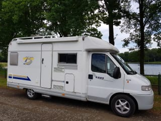 Beautiful compact 4 person camper, super reliable!