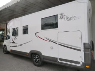 Elnagh t-loft 581 – Profiled motorhome with one nautical rear bed and one front drop down bed