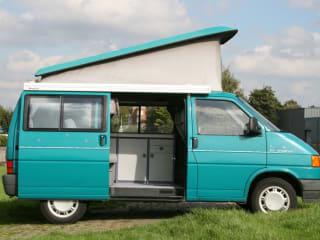Leuke VW T4 buscamper met hefdak voor 2 a 4 personen!
