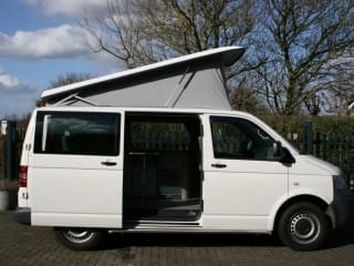 Moderne VW T5 met hefdak, ideaal voor 2 a 4 personen!