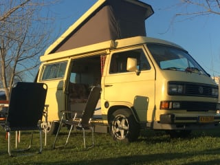 Basta  – Road Trip in un giallo brillante Volkswagen Westfalia T3