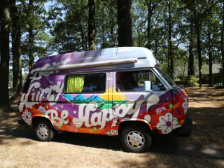 Hippiebusje Fay – VW T3 hippiebusje Fay: kleurrijk van binnen & van buiten
