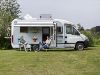 Sunny Boy – Geniet tijdens je vakantie van onze prachtige camper met groot Frans Bed!