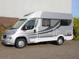 Compacte en luxe 2-persoons camper met vast bed achterin!