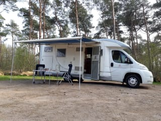 Mooie, nette MC Louis Camper, XL bed, grote garage