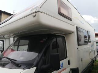 Camper con ampio garage per viaggi in famiglia alla scoperta del mondo