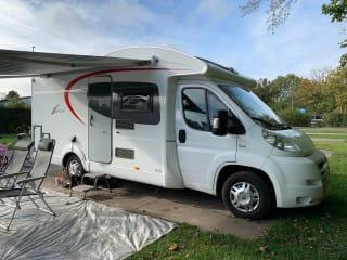 De Ixeo – Nette complete gezins camper te huur Burstner Ixeo