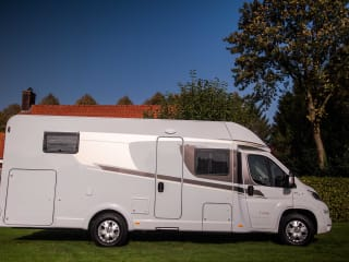 Beautiful young, spacious camper with single beds for 4 people / CSB4