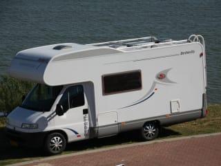 Compacte volledig ingerichte 6 persoons camper met stapelbed top indeling