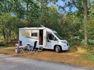 Geniet van onze compacte en zeer nieuwe luxe camper