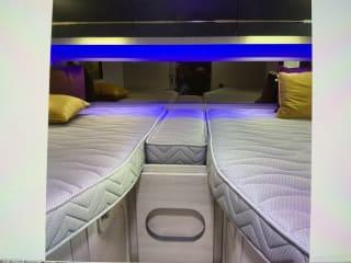 Chicken Run – Nieuwe en perfect uitgeruste mobilhome Chausson 747 automaat te huur.