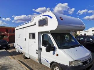 Camper con un letto matrimoniale e due singoli per girare tutta la Sardegna