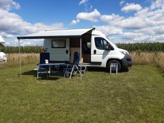 Fijne Pössl camperbus met comfortabel bed