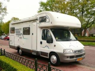 107 Hymer Camp Hoogeveen – Grote familiecamper voor 6 personen met garage incl. gratis inventaris