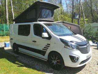 Vinny – Insurance Incl! Stylish 4 berth Camper Pop-Top with TV & porta loo