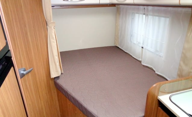 Spacious camper for 4 people, French bed / CF4