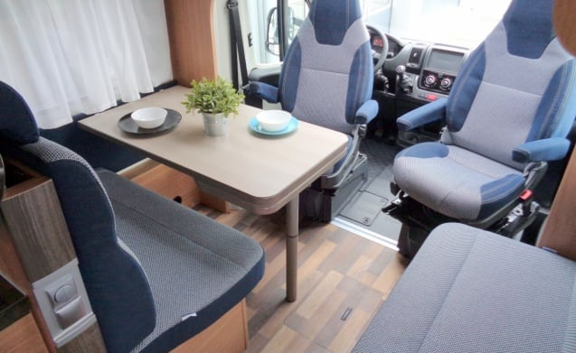 Spacious camper for 4 people, French bed / PF4