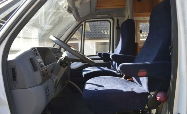 506 – 506 Burstner T627 con letto fisso basso. Ideale con i suoi due in viaggio!