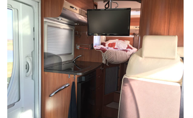 Modern Camper, automatic with air conditioning, TV and bicycle lift💪 fully equipped!
