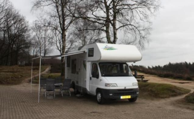 """Roos"" – 6 person camper with XL garage - Spacious and fully equipped"