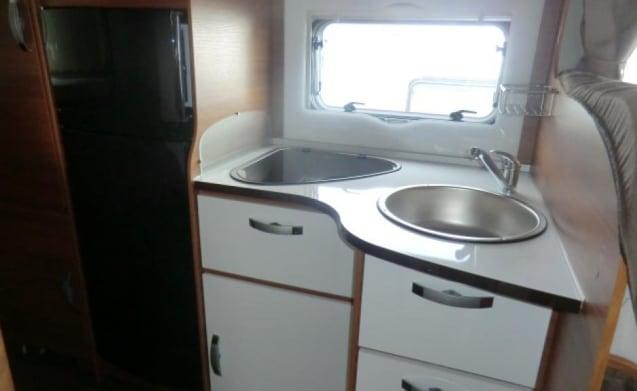 Elnagh Baron 45 – Coachbuilt camper met 2 dubbele bedden en een groot opbergvak