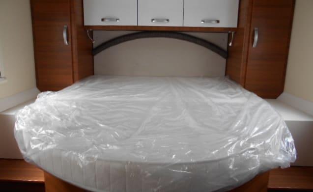 Camper semintegrale – Camper profilato con un letto posteriore
