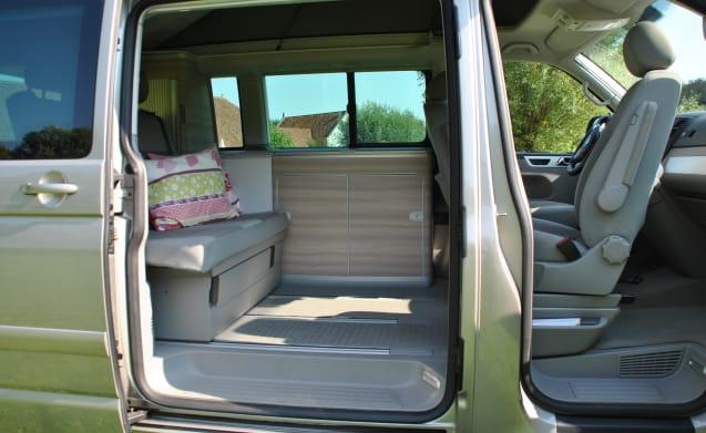 champagnekleurig – Champagnerfarbener kompakter Volkswagen T5 California - kilometerfrei