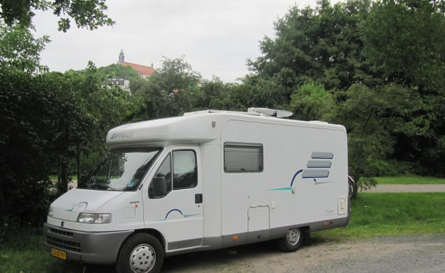 Hymer Tramp - Cozy and spacious (2 sleeping places and 4 seats)