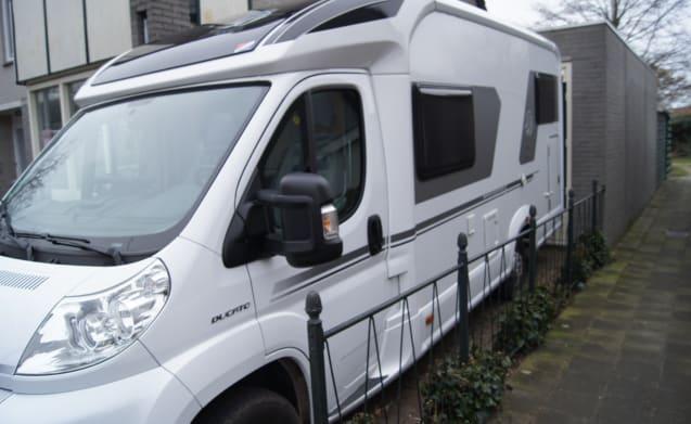 ANDO BOONY – Mooie half-integraal camper met Kingsize bed en comfortabele draaistoelen!