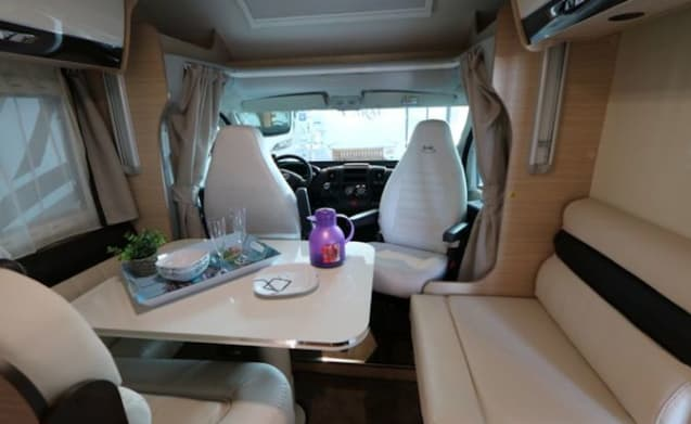 Relaxed on a journey with the complete MC LOUIS 473 SOVEREIGN (with towbar)
