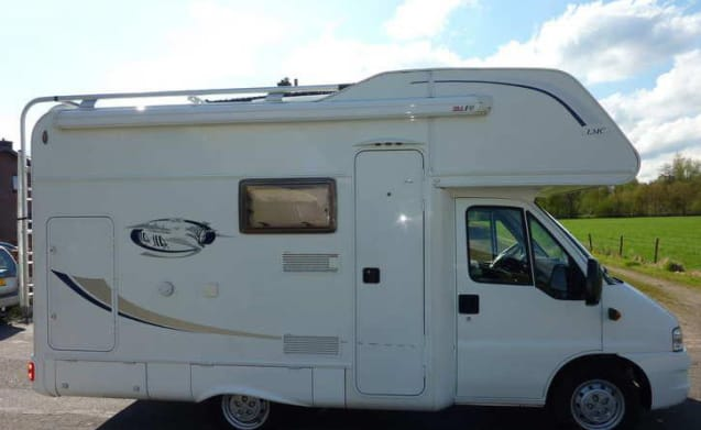 Compacte 4 persoons camper met stapelbed