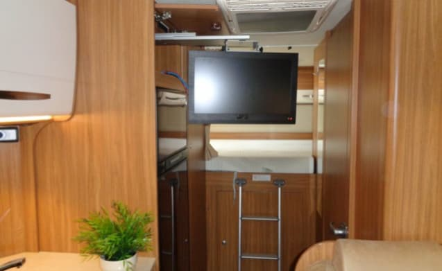 Luxury camper with compact layout for 6 people / PF6