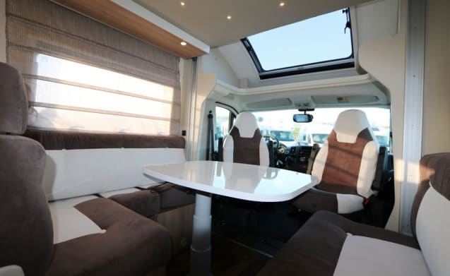 Magic – Luxury 2-person semi-integrated CI Magis - compact but spacious by fold-down bed